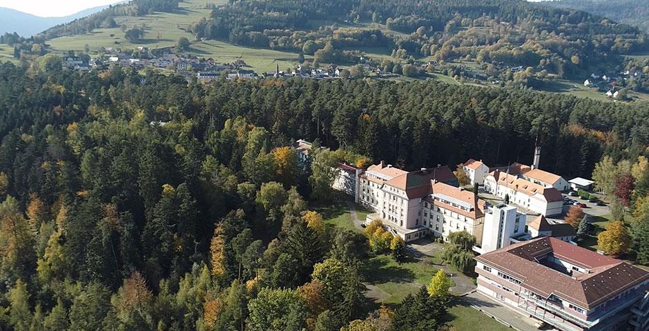 vue aérienne du site de Muesberg et du village d'Aubure